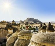 Mädchen, das auf eine Klippe in Cappadocia, die Türkei aufwirft Lizenzfreie Stockfotografie