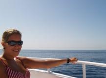 Mädchen, das auf einem Boot sich entspannt Lizenzfreies Stockfoto