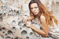 Mädchen, das auf einem Felsen liegt Lizenzfreies Stockbild