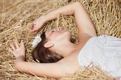 Mädchen, das auf einem Hayloft schläft Stockfotografie
