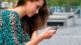 Mädchen, das auf einem Mobile schreibt. stock video