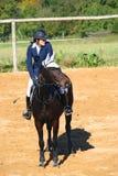 Mädchen, das auf einem Pferd sitzt Lizenzfreies Stockbild