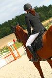 Mädchen, das auf einem Pferd sitzt Lizenzfreies Stockfoto