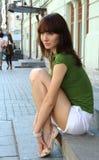 Mädchen, das auf einem Rung sitzt Lizenzfreie Stockbilder