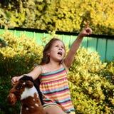 Mädchen, das auf einem Schaukelpferd sitzt stockfotografie