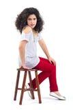 Mädchen, das auf einem Stuhl sitzt Lizenzfreies Stockfoto