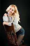 Mädchen, das auf einem Stuhl steht Stockfotos