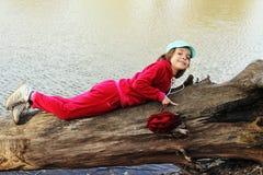 Mädchen, das auf einer Anmeldung eine rote Klage aufwirft Lizenzfreie Stockbilder