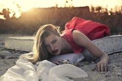 Mädchen, das auf einer Matratze am Strand liegt stockbilder