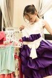 Mädchen, das auf elegantem Kleid versucht Lizenzfreie Stockfotos