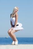 Mädchen, das auf geöffneter Luft lacht Lizenzfreie Stockfotos