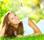 Mädchen, das auf grünem Gras liegt Stockfoto
