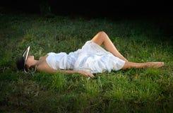 Mädchen, das auf Gras liegt Stockfotos