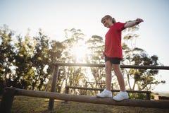 Mädchen, das auf Hindernis während des Hindernislaufs geht stockfotos