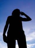 Mädchen, das auf Hintergrundhimmel aufwirft Lizenzfreie Stockfotos