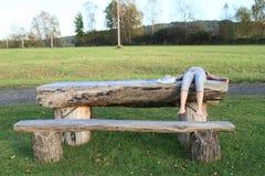 Mädchen, das auf Holztisch liegt Lizenzfreie Stockfotografie