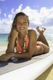 Mädchen, das auf ihrem Paddelvorstand sich entspannt Lizenzfreies Stockbild