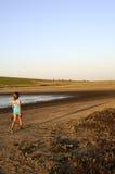 Mädchen, das auf Insel geht lizenzfreies stockfoto