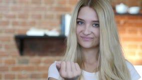 Mädchen, das auf Kamera-dann einladen, vorgewählt zeigt stock video footage
