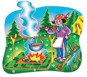 Mädchen, das auf Lagerfeuer kocht Lizenzfreies Stockfoto