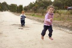 Mädchen, das auf Landweg läuft Lizenzfreie Stockfotografie