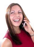Mädchen, das auf Mobiltelefon lacht Stockbilder