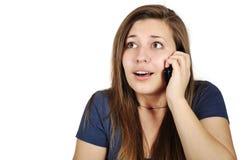 Mädchen, das auf Mobiltelefon spricht Stockfoto