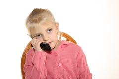 Mädchen, das auf Mobiltelefon spricht Lizenzfreies Stockbild