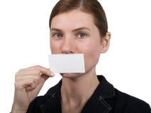 Mädchen, das auf notecard zeigt Lizenzfreie Stockfotos
