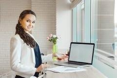 Mädchen, das auf Notizbuchmonitor zeigt Geschäftsfrau, die auf Laptopschirm darstellt stockbilder