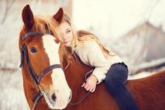 Mädchen, das auf Pferdehals legt Freundschaftshintergrund Stockbild