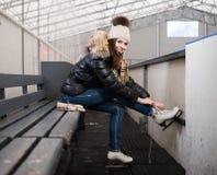 Mädchen, das auf Rochen sich setzt Lizenzfreie Stockfotografie