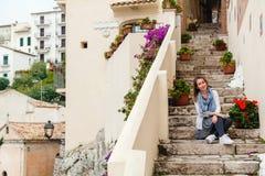 Mädchen, das auf Schritte in Sperlonga, Italien sitzt Lizenzfreies Stockfoto