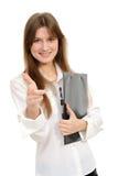 Mädchen, das auf Sie mit einem Faltblatt zeigt Stockfotografie