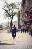 Mädchen, das auf Straße aufwirft Lizenzfreies Stockfoto