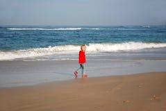Mädchen, das auf Strand geht Stockfotografie