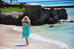 Mädchen, das auf Strand geht Lizenzfreie Stockfotos