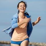 Mädchen, das auf Strand läuft Lizenzfreies Stockfoto