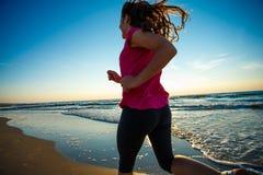 Mädchen, das auf Strand läuft Lizenzfreie Stockfotos