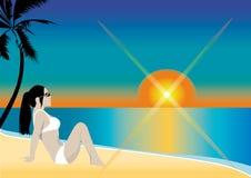 Mädchen, das auf Strand sitzt Lizenzfreie Stockfotos