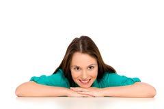 Mädchen, das auf Tabelle sich lehnt Lizenzfreies Stockbild
