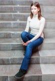 Mädchen, das auf Treppen sitzt stockfotos