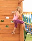 Mädchen, das auf Wand klettert Stockbild