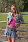 Mädchen, das auf Zaun sich lehnt Lizenzfreies Stockfoto