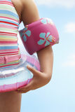 Mädchen, das aufblasbaren Ring And Water Wings trägt Stockfotos
