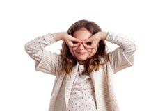 Mädchen, das Augen-Gläser mit den Händen auf Gesicht macht Stockfoto
