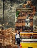 Mädchen, das in Ayutthaya-Provinz mit tuk tuk Taxi, asiatischer Gi reist Lizenzfreie Stockbilder