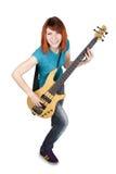 Mädchen, das Baß-Gitarre und das Lächeln spielt Stockfotos