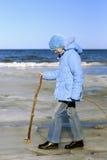 Mädchen, das in Baltisch-Meer geht Stockfotos