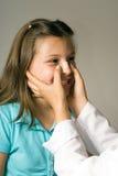 Mädchen, das Band-Aid angewandtes zu Nose.Vertical hat Stockfoto